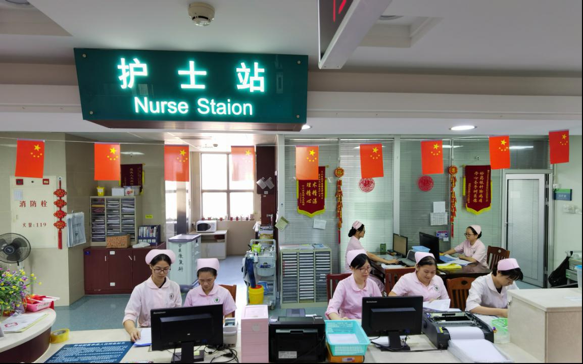 飘满国旗的护士站.png