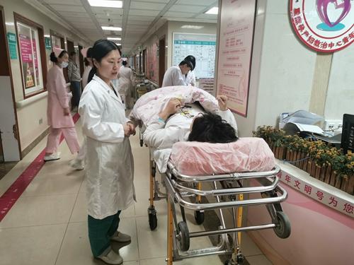 3-妇产科住院总医师杜培丽与患者沟通.jpg